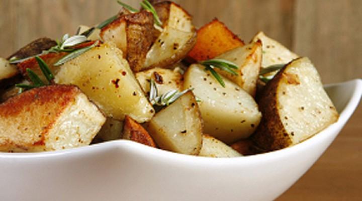 Pommes de terre à la grecque en papillote sur le barbecue